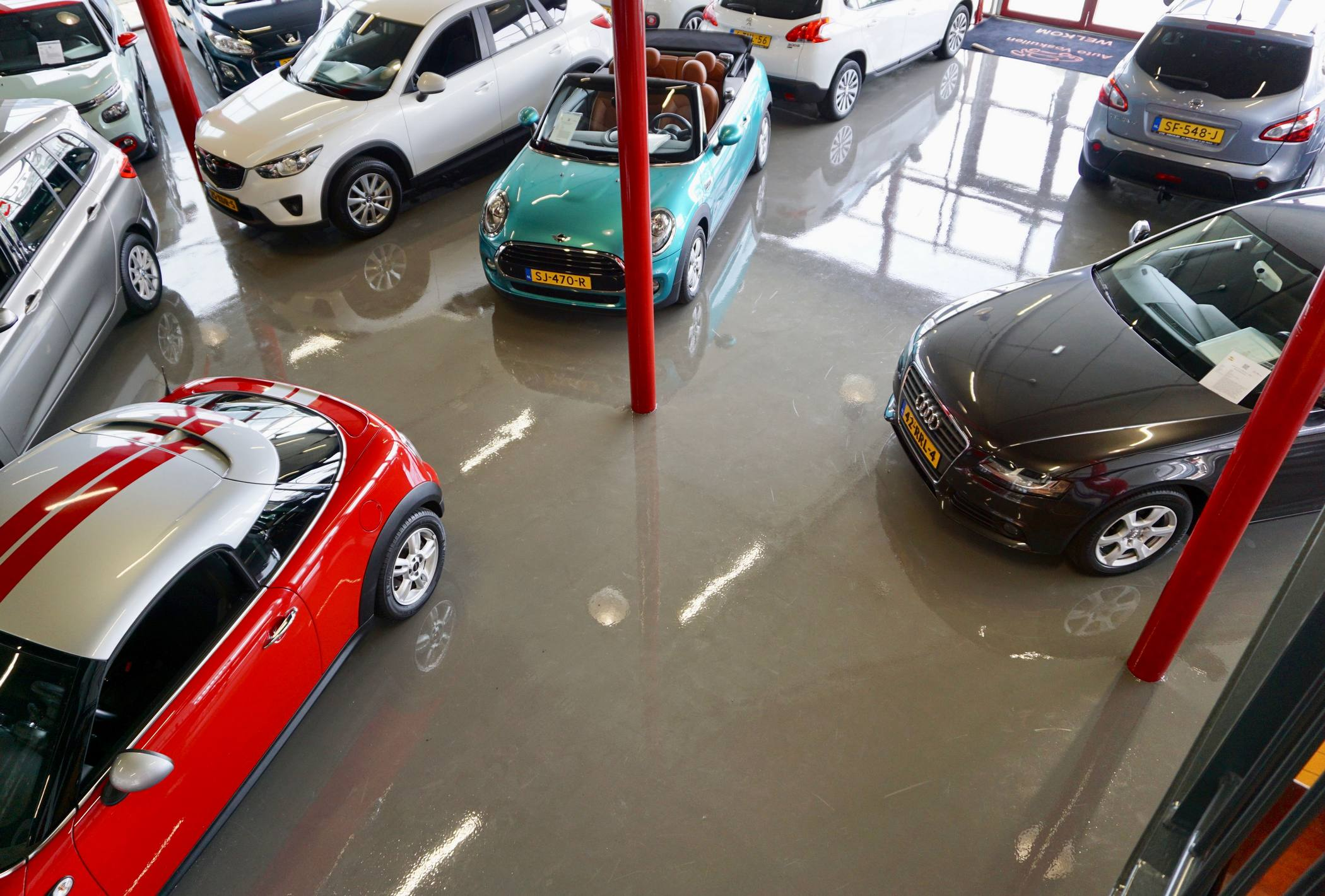 Vloercoating in autoshowroom
